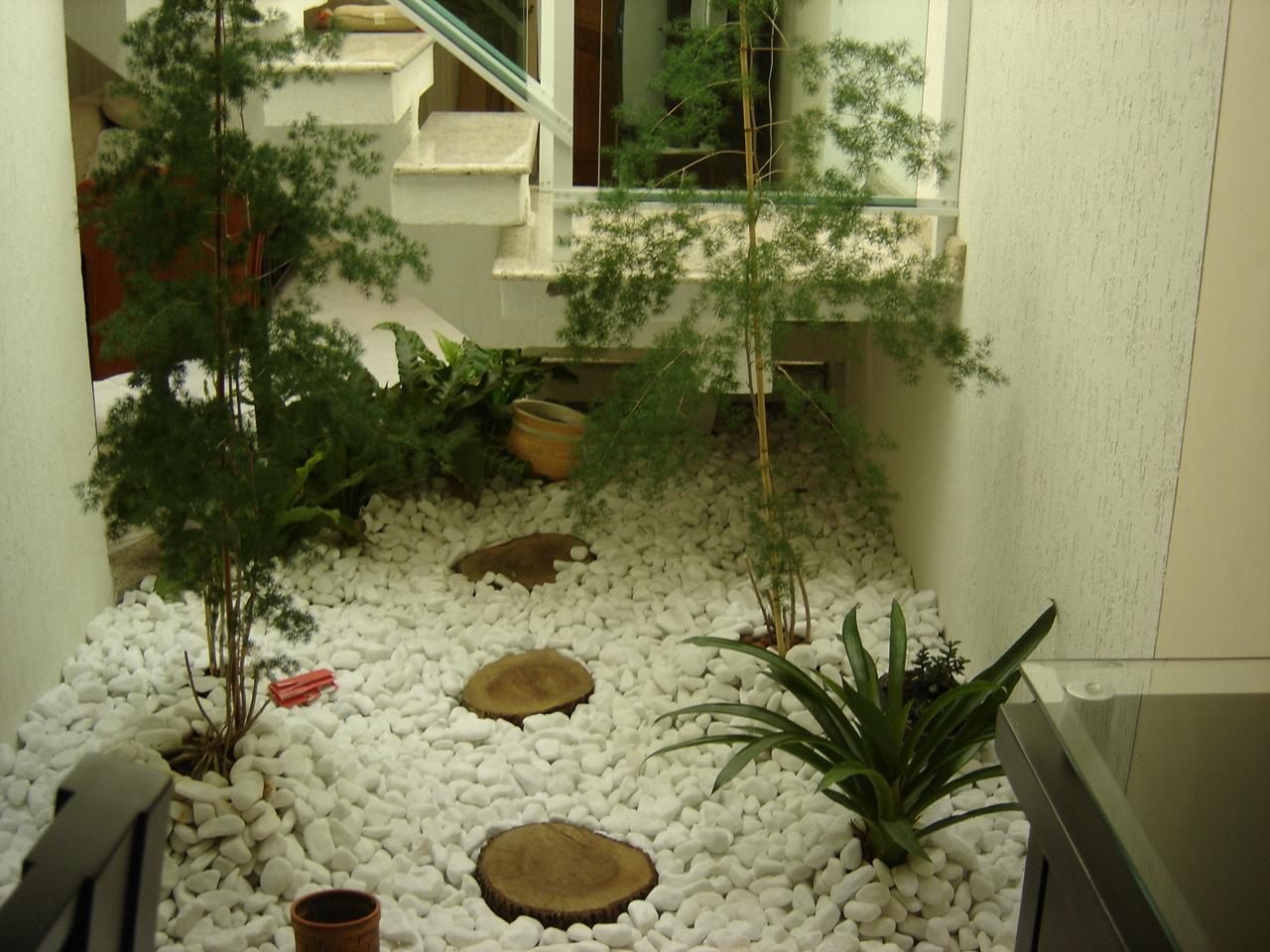 escada vasos de folhagens compões esse pequeno jardim de inverno #5F4D24 1280 960