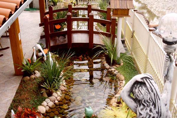 Pequeno lago ornamental criado em frente a um centro comercial