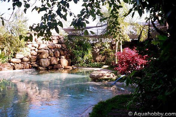 Um lago artificial com fundo que mais parece uma piscina, com fins puramente ornamentais