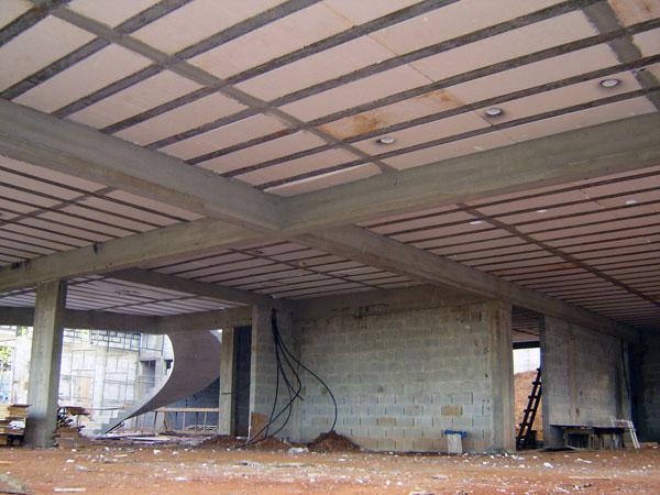 Prédio em construção com laje treliçada usando tavela de EPS