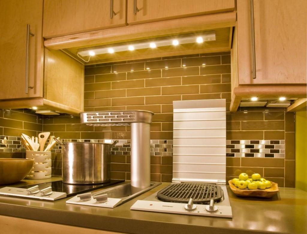 mini pingentes de luz sobre a bancada de trabalho da cozinha
