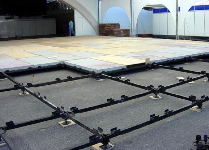 O piso elevado é uma alternativa que permite elevar a altura do piso, viabilizando a instalação de fiação e instalações elétricas.