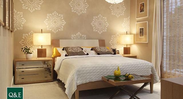 Modelo de papel de parede em quarto de casal com motivos florais em tons bege, especial para decoração de quarto de casal
