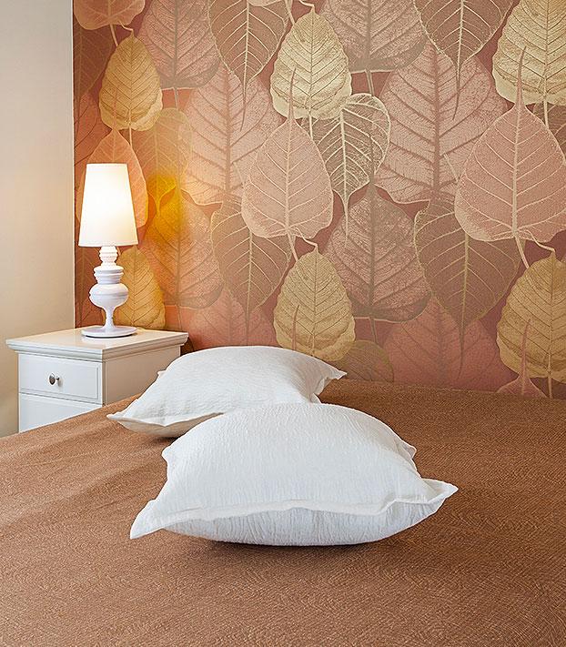 Tons de marrom neste papel de parede com tema de outono para quarto de casal aconchegante