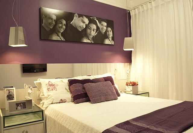 Decoração com papel de parede roxo em quarto de casal