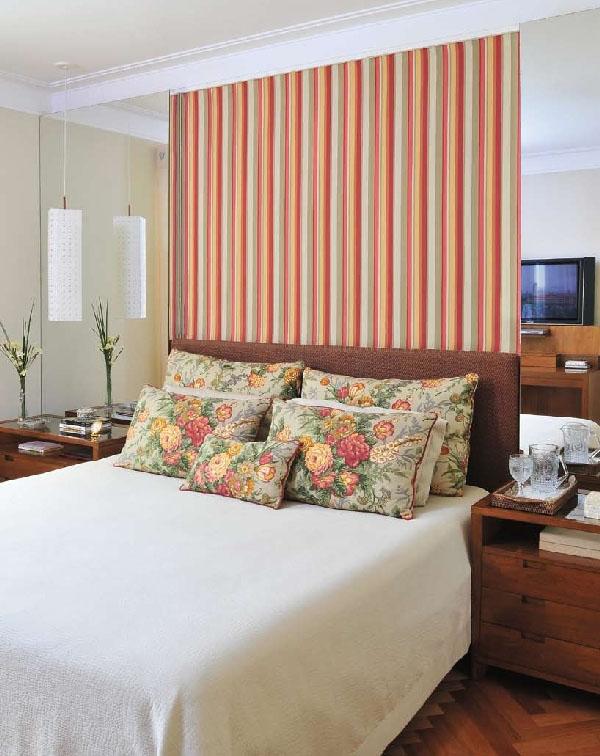 Uma opção interessante também pode ser o uso de listras verticais do modelo de papel de parede que você vai usar na decoração do seu quarto de casal.
