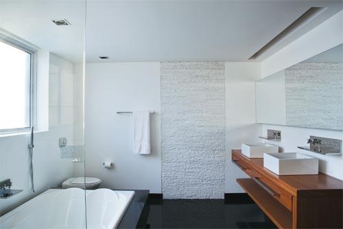Piso de Granito Negro fazendo um belo contraste com banheiro de louça branca