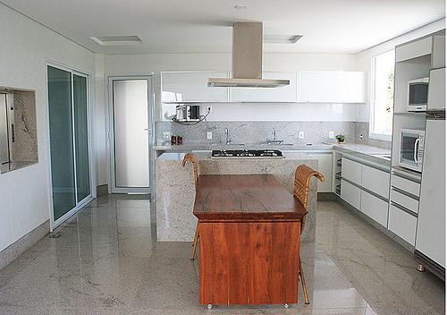 Piso claro de granito bege para decoração de cozinha com cores claras