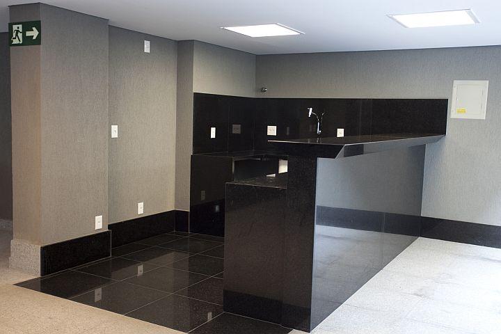 Cozinha com bancada e piso em granito negro