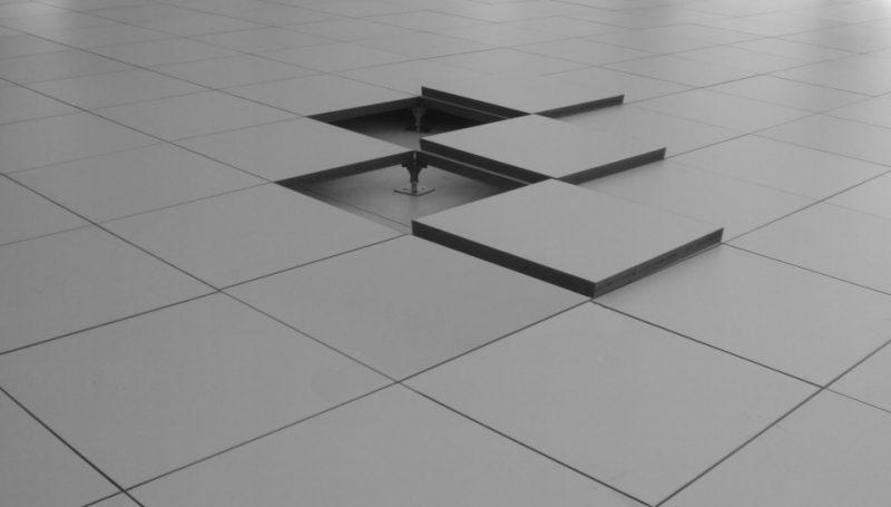 A facilidade de remoção das placas de piso elevado favorecem o seu uso em escritórios e indústrias onde as instalações elétricas são intensas e volumosas, além de proporcionar diversos graus de elevação.