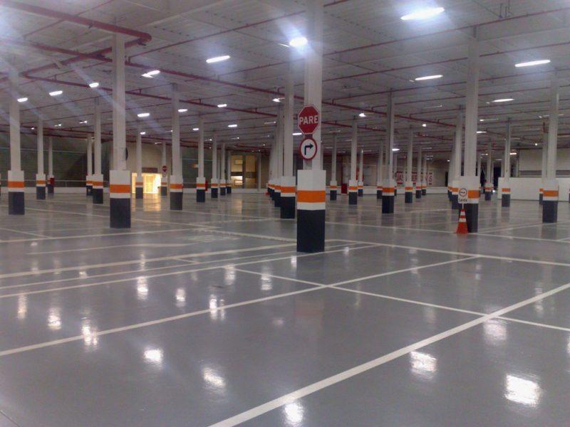 Pintura epoxi aplicada sobre piso industrial polido
