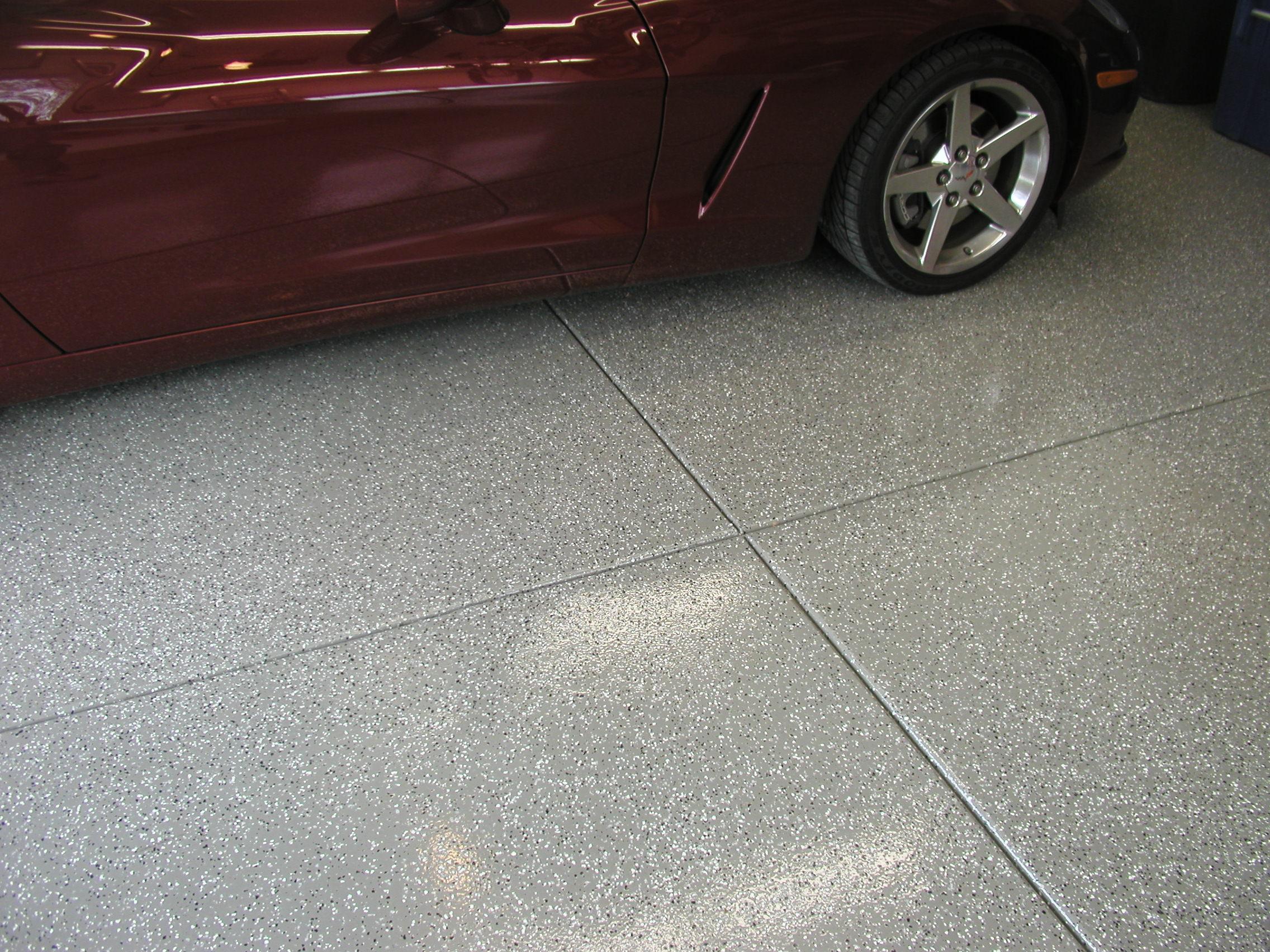 Piso de resina epoxi em garagem- resiste tanto ao tráfego de veículos quanto ao aparecimento de manchas por conta do óleo ou graxa