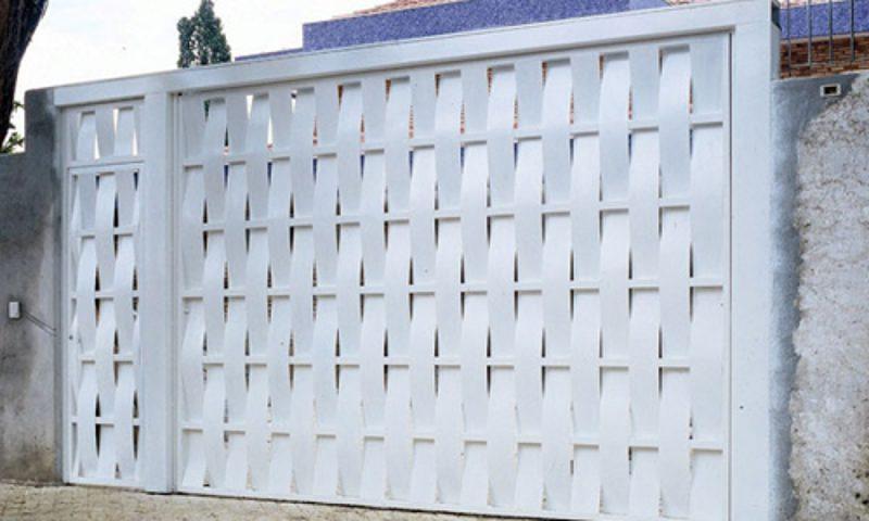 Portão feito com tiras de alumínio trançado branco, semelhante a montagem de um cesto de vime.