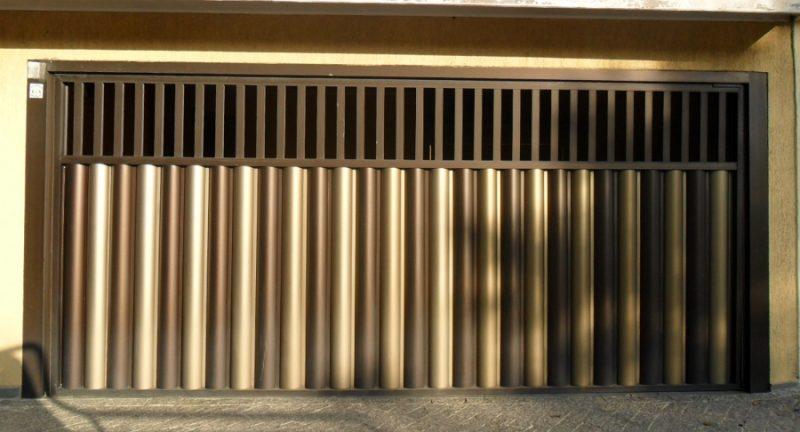 Portão de alumínio automático em bronze e dourado.
