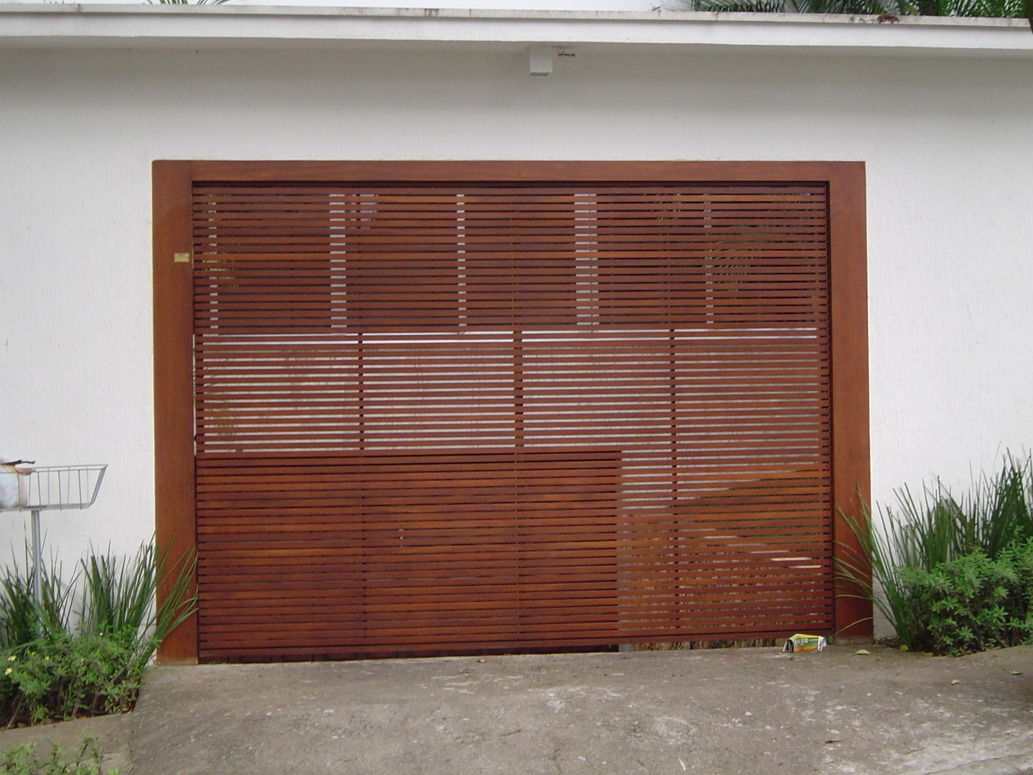 Modelo de portão de ripas de madeira