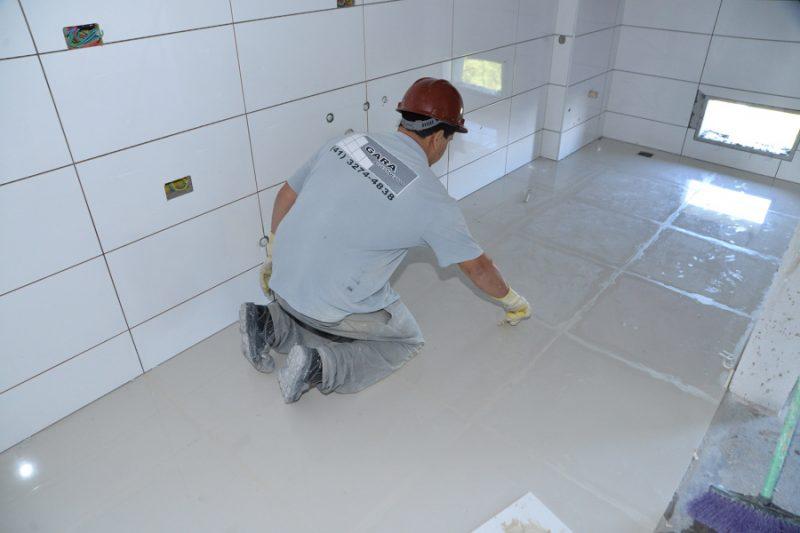 Acabamento do rejunte epóxi aplicado em piso porcelanato
