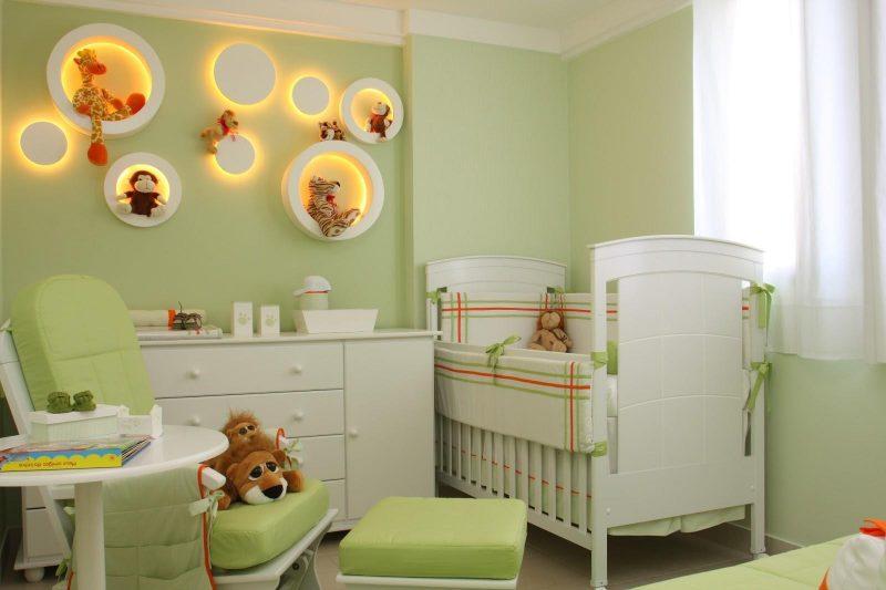 decoração de quarto infantil verde com cortinas brancas