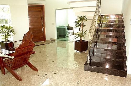 Sala com piso em cor clara na pedra de revestimento