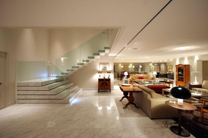 Sala revestida com granito branco no piso e nas escadas