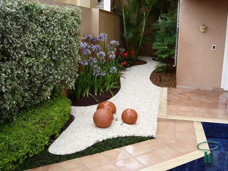 Seixos decorando jardim
