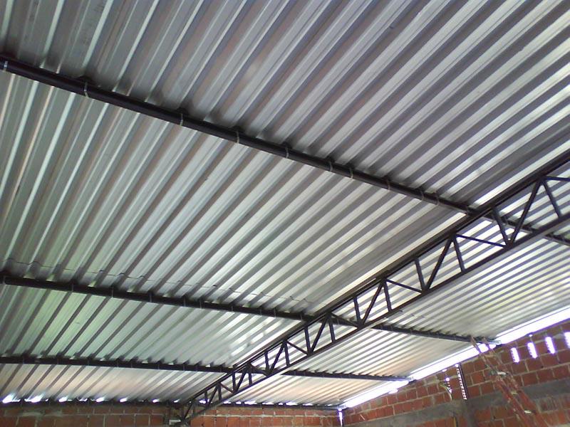 Telhado de zinco industrial, todas as telhas são presas por diversos pontos, garantido integridade da cobertura