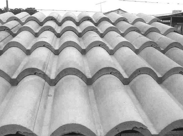 Uso de telhas de concreto em telhado residencial