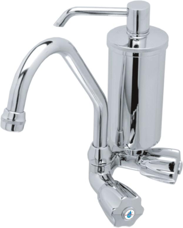 Torneira de cozinha cromada com filtro para remover a sujeira da água para consumo