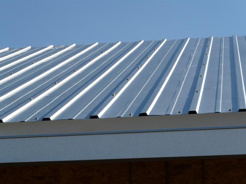 Zinco possui a vantagem de ser um telhado altamente reflexivo, expulsando assim parte do calor