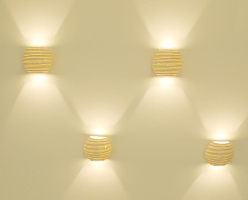 Arandelas de parede dispostas de maneira criativa na parede