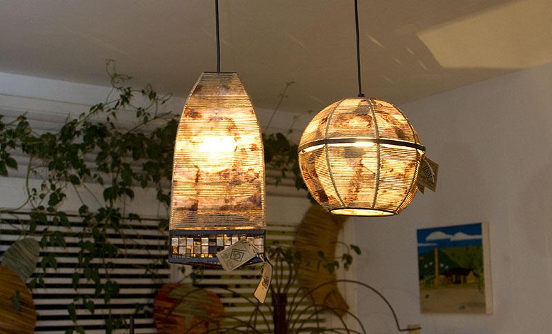 Outro exemplo são as luminárias de borra de café. Nesta imagem, os pendentes criam um ar aconchegante e rústico para a iluminação da sala.