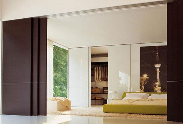 Porta deslizante para quarto de madeira, com diversas camadas para fechamento completo do ambiente