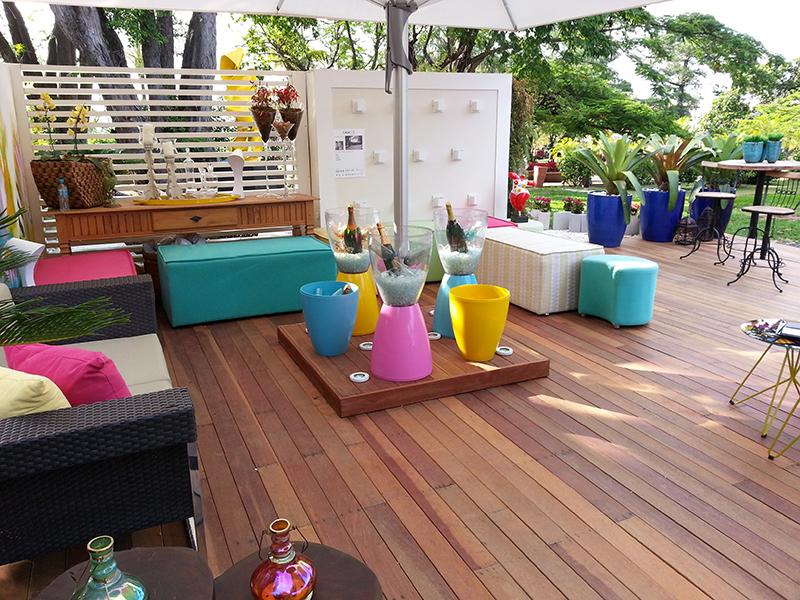 Puffs coloridos são utilizados para descontrair o ambiente
