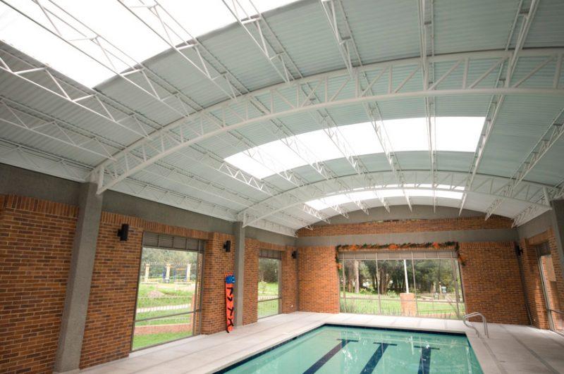 Treliça metálica da cobertura de telhado revestida com pintura eletrostática.