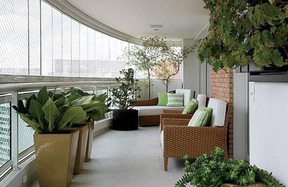 O uso de elementos de vegetação ajuda a criar o ambiente de um minijardim na decoração de varandas, excelente para quem vive em apartamentos