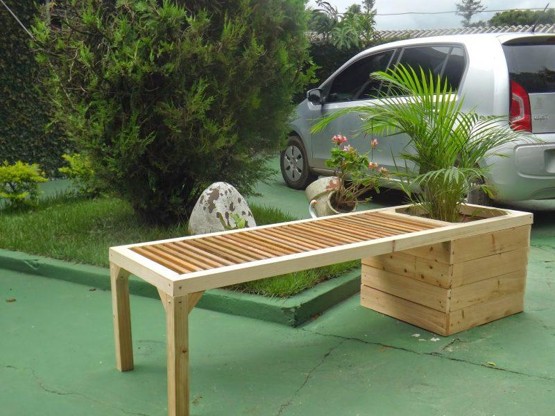 Banco de madeira com floreira no apoio
