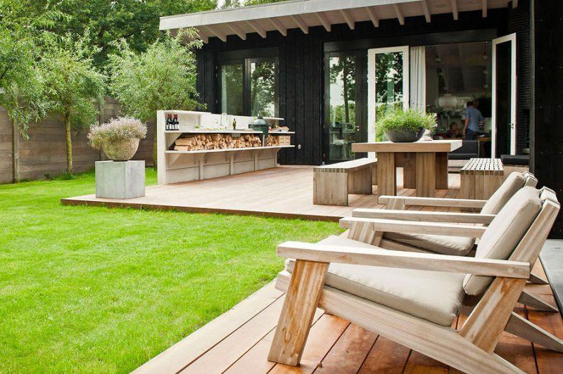 banco e poltrona para o jardim em madeira clara
