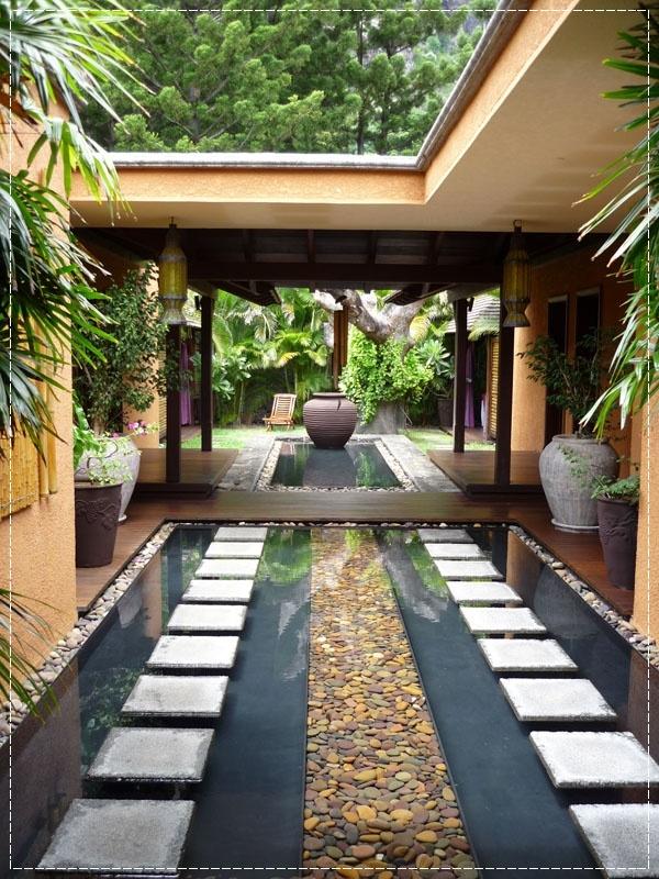 Jardim Residencial com espelho d'água decorativo