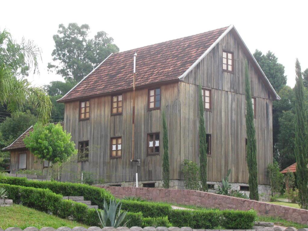 Casa de madeira rústica, remanescente do período da colonização