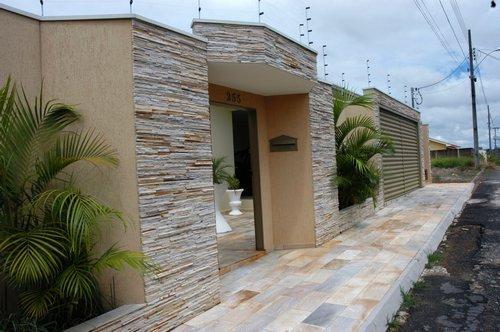 Casa com muro de pedra, para dar um toque mais rústico para a fachada