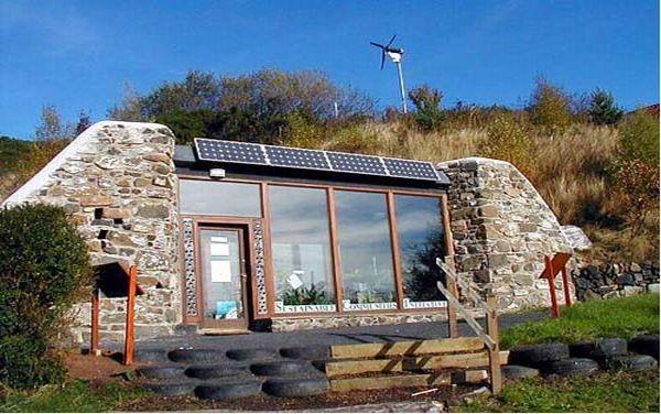 Casa com coletores solares para aquecimento solar, mas acabamento de pedra