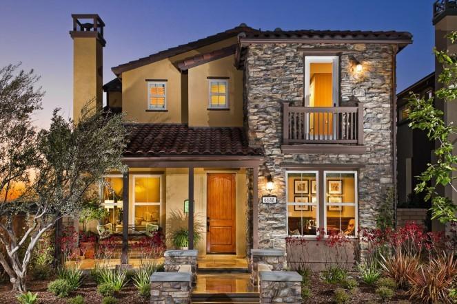 Casa com fachada moderna, com tons de rusticidade na fachada de pedra e madeira