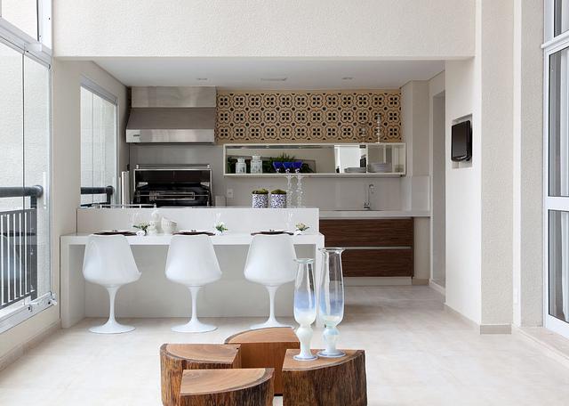 Linda decoração branca e simples de espaço gourmet minimalista na varanda
