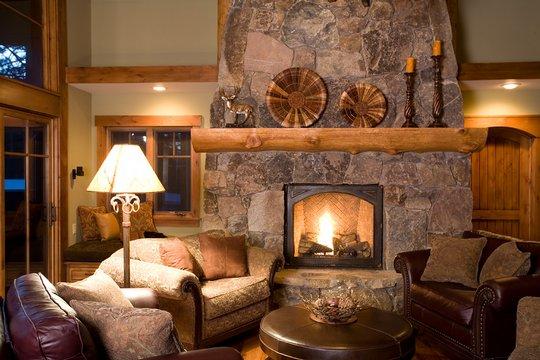 Lareira de pedra compondo a decoração de casa rústica