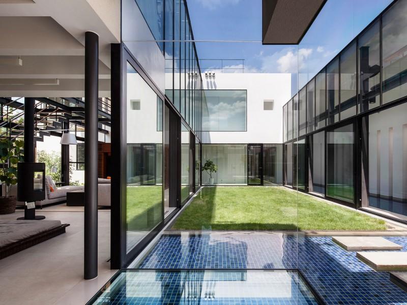 Espelho em pátio interno de casa moderna