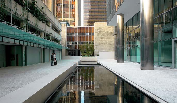 Espelho d'água decorativo em espaço corporativo