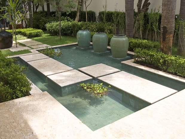 Pequeno espelho d'água decorativo para o jardim moderno