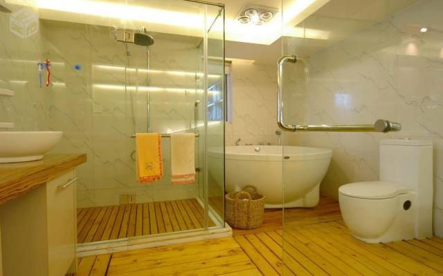 Um outro uso comum é como box para banheiro. Nesse ambiente é recomendável o uso de blindex ou outro tipo de vidro blindado para evitar acidentes durante o banho