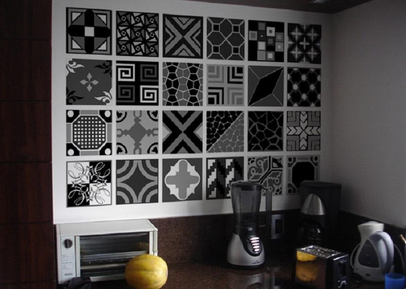 Adesivos preto-e-branco no revestimento de parede da cozinha