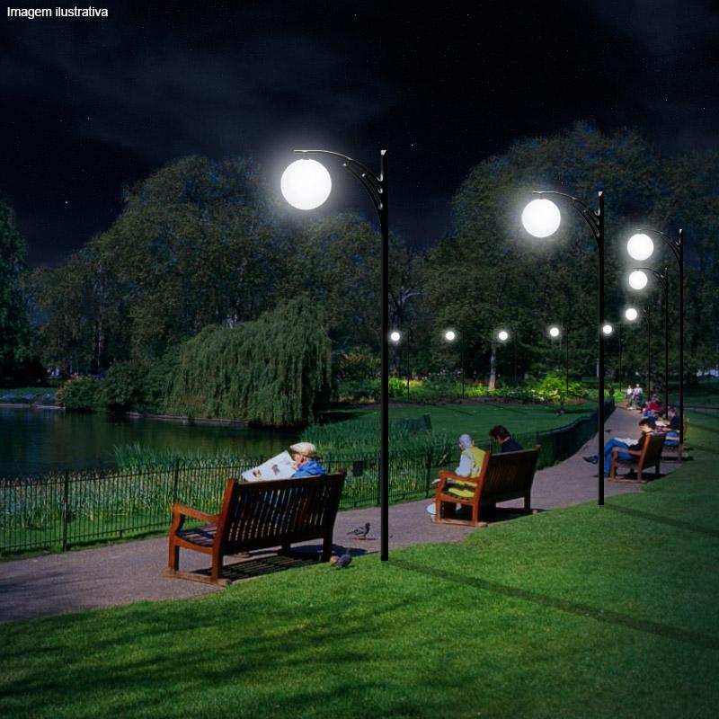 Luminária com um globo para iluminação de um caminho no jardim