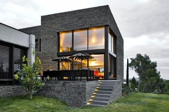 Modelo de casas moderna com fachada revestida de pedra